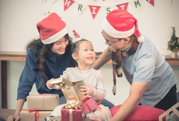 Poranek bożonarodzeniowy w rodzinie, wymiana prezentów.