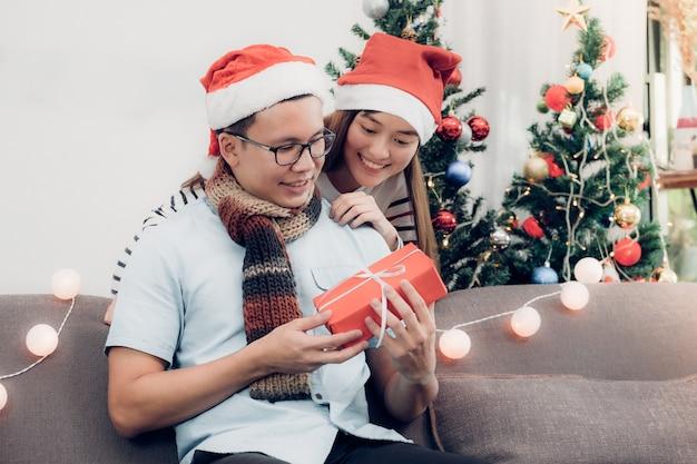 Poranek bożonarodzeniowy, wymiana prezentów.