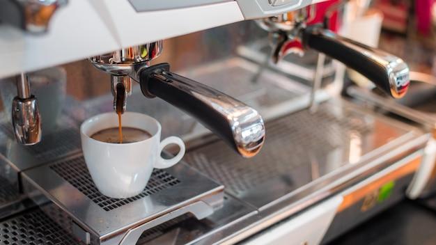 Poranek czarnej kawy na ekspresie do kawy