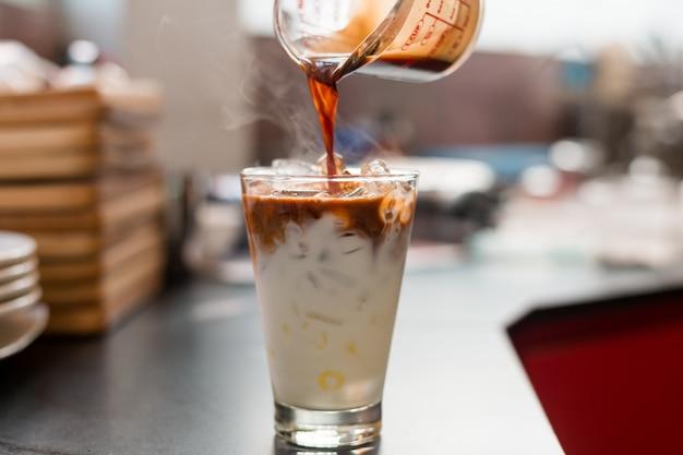 Poranek mrożonej kawy w mini kawiarni