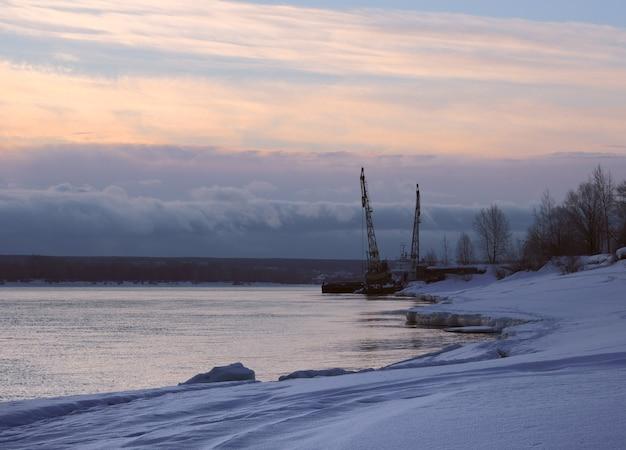 Poranek na brzegu ob z żurawiami błękitny śnieg na brzegu rzeki wczesną wiosną