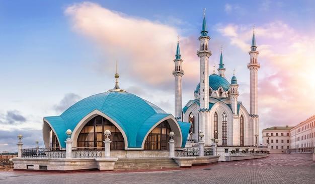Poranek na kremlu kazańskim przy meczecie kul-szarif i wschodzącym słońcu