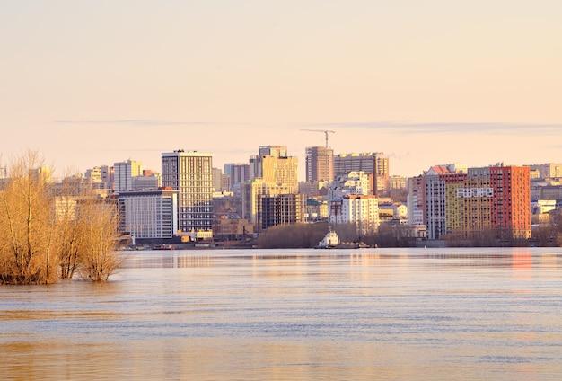 Poranek nad rzeką ob w nowosybirsku nowe wieżowce na plaży