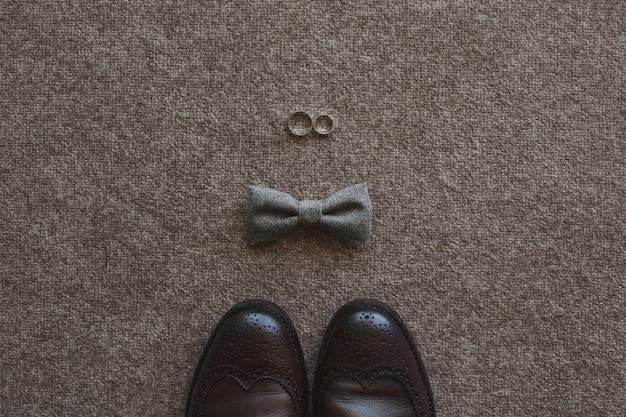 Poranek pana młodego. akcesoria ślubne buty, krawat, pierścionki.