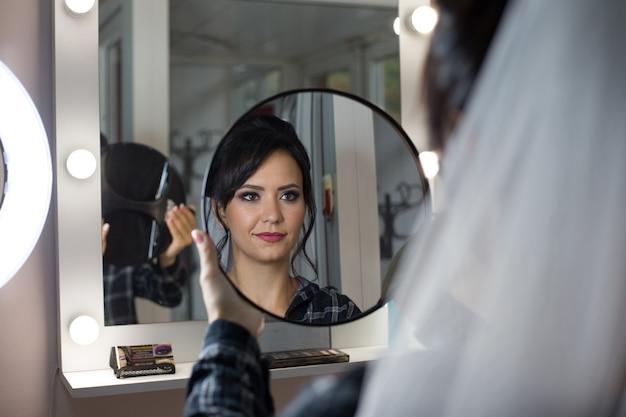 Poranek panny młodej. panna młoda w salonie piękności. makijaż ślubny