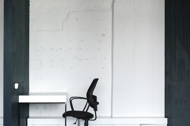 Poranek w coworkingu. nowoczesne wnętrza biurowe z meblami
