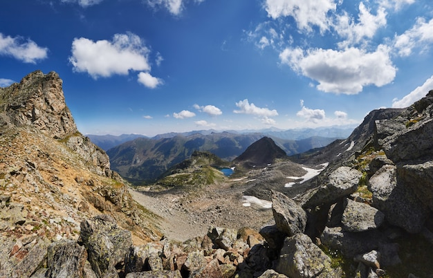 Poranek w górach, bajeczny krajobraz gór kaukazu.