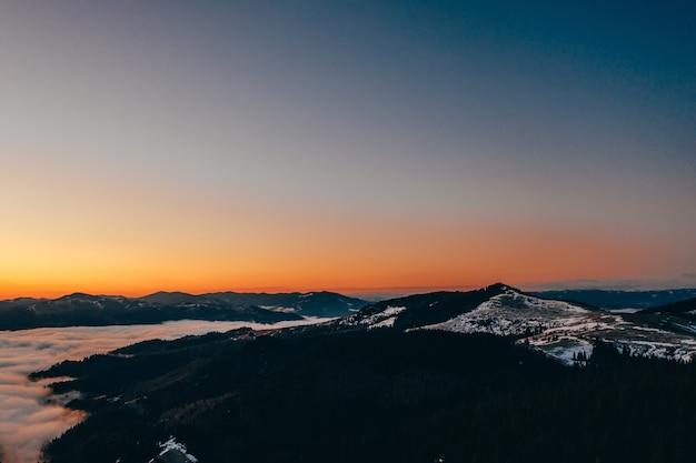Poranek w górach. karpacka ukraina, widok z lotu ptaka.