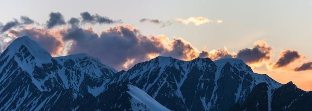 Poranek w górach, ośnieżone szczyty, panoramiczny widok