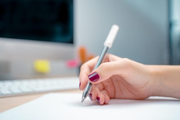 Poranek w kreatywnym studio projekt graficzny makiety ekrany okulary długopisy klawiatura biuro