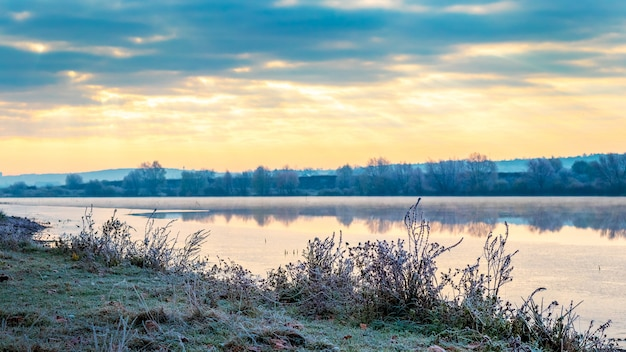 Poranek z malowniczym niebem nad rzeką, wschód słońca nad rzeką