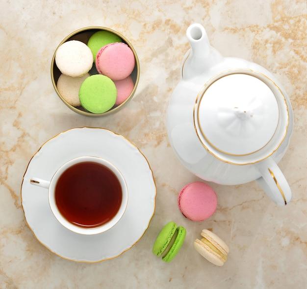 Poranna herbata - kubek herbaty z herbatą i makaronikami