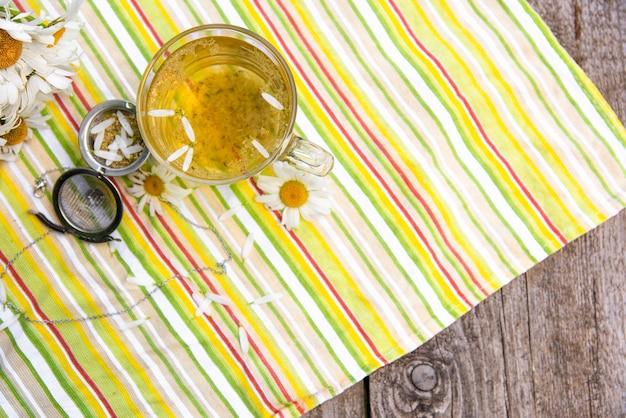 Poranna herbata z dodatkiem płatków rumianku.