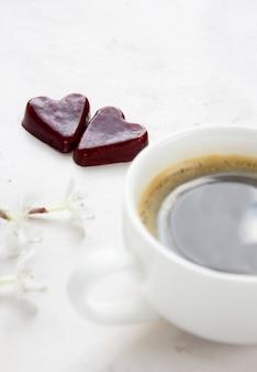 Poranna kawa i marmoladowe serce