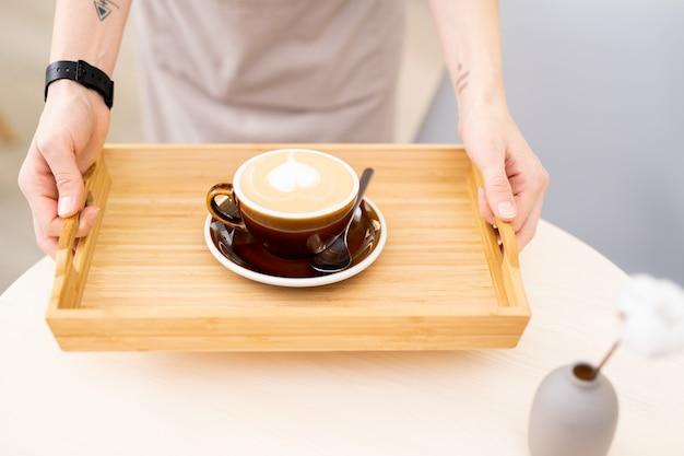 Poranna kawa na drewnianej tacy