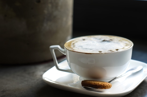 Poranna kawa na stoliku kawiarnianym