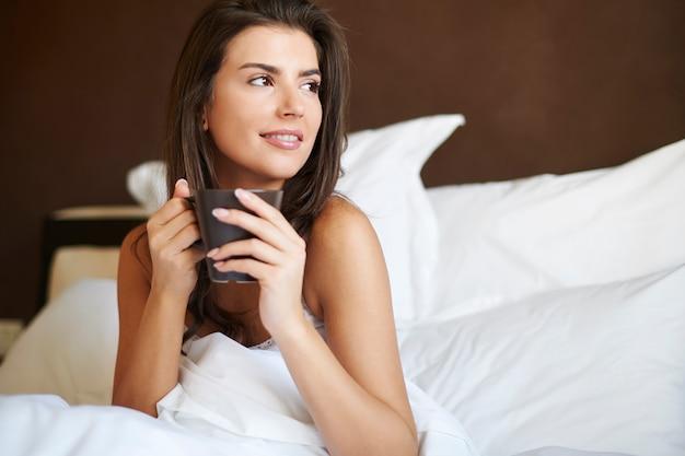 Poranna kawa najlepiej smakuje w łóżku
