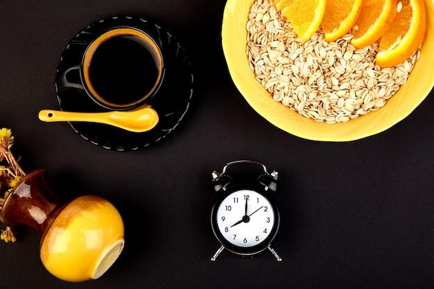 Poranna kawa, śniadanie muesli, budzik