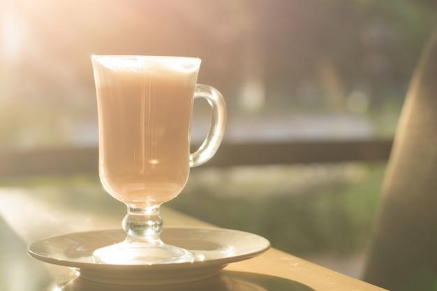 Poranna kawa w kawiarni z światłem słonecznym