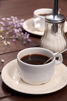 Poranna kawa w restauracji na drewnianym stole