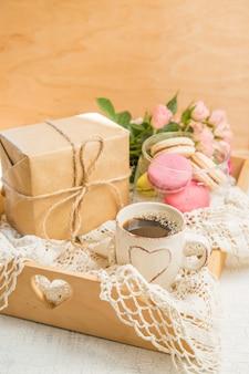 Poranna kawa z kwiatami i makaroniki. koncepcja walentynki mather's day.