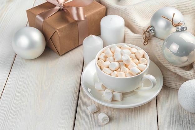 Poranna kawa z piankami na świątecznym tle
