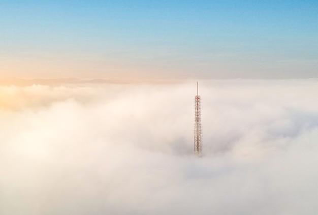 Poranna mgła na szczycie wzgórza