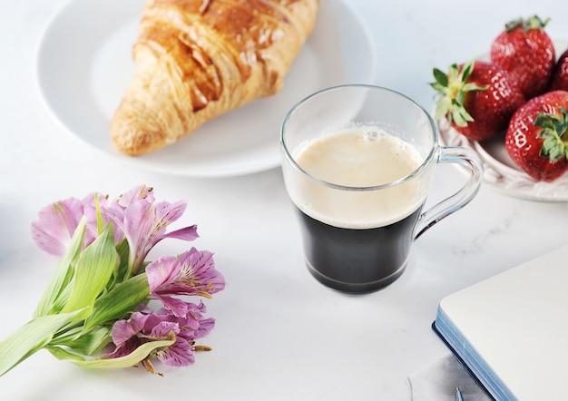 Poranna romantyczna śniadaniowa kawa mag