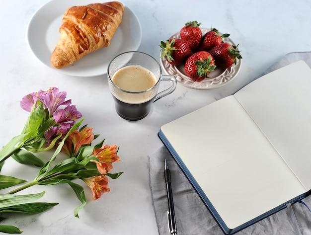 Poranna romantyczna śniadaniowa kawa, pusty notatnik