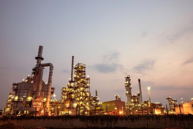 Poranna scena rafinerii ropy naftowej i elektrowni przemysłu petrochemicznego w godzinach porannych