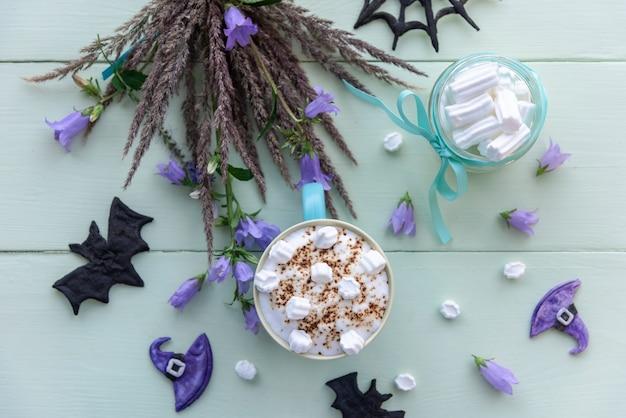 Poranna wakacyjna kawa na halloween z piankami.