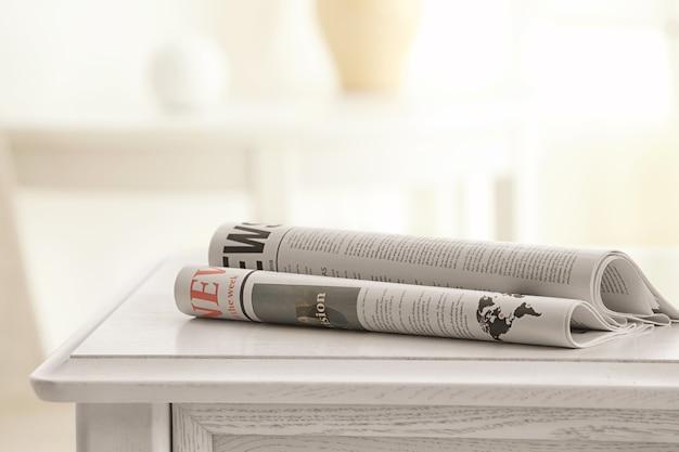 Poranne gazety na białym stole