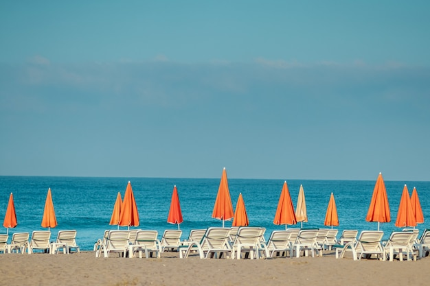 Poranne morze, plaża, puste leżaki dla wczasowiczów. koncepcja wakacji.
