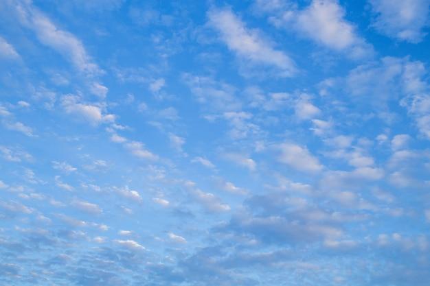 Poranne niebo w jasny dzień i chmury unoszą się w niebo.