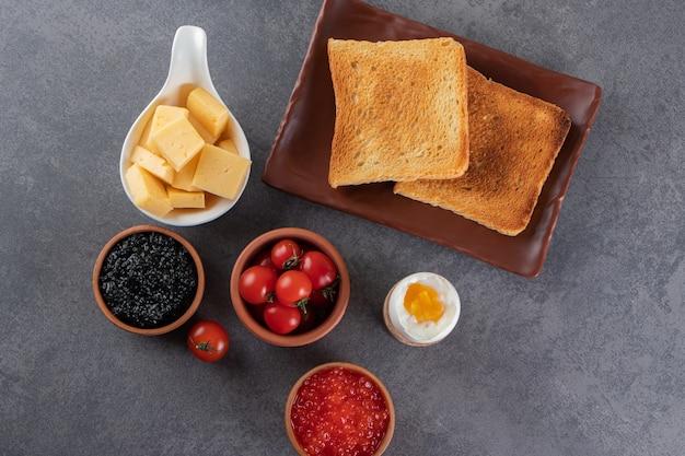 Poranne śniadanie na marmurowej powierzchni.
