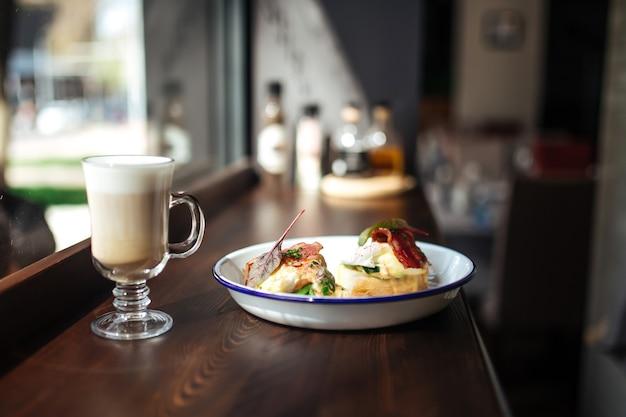 Poranne śniadanie z kawą latte na biurku
