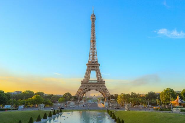 Poranne światło na ikonę wieży eiffla w paryżu, francja