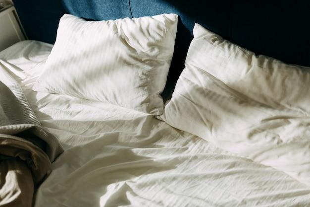 Poranne światło na poduszkach