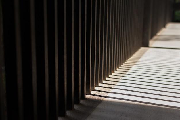Poranne światło słoneczne wpadające przez prostokątne filary. równoległe linie światła