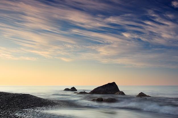 Poranny krajobraz morski z zachmurzonym niebem