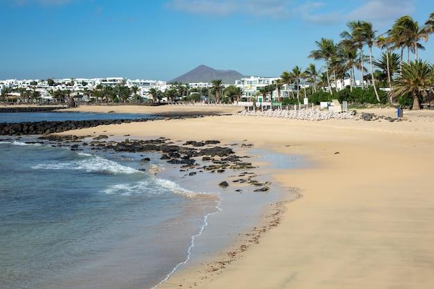Poranny odpływ na plaży w costa teguise. wyspa lanzarote, hiszpania.