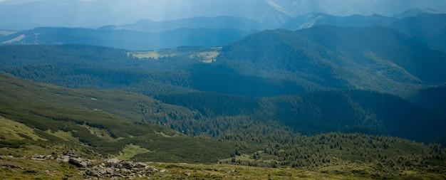 Poranny słoneczny dzień jest w górskim krajobrazie. karpacki, ukraina, europa. świat piękna. duża rozdzielczość.