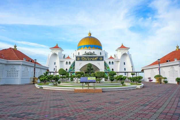 Poranny widok na meczet cieśniny malakka (masjid selat melaka), jest to meczet położony na sztucznej wyspie malakka w pobliżu miasta malakka, malezja