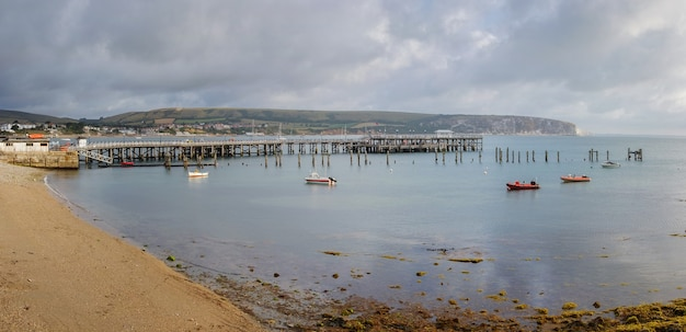 Poranny widok na miasto na południu anglii nad brzegiem morskiej zatoki z molo