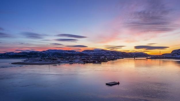 Poranny wschód słońca panoramiczny widok na zimową teriberkę