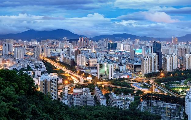 Porcelanowe miasto shenzhen w nocy