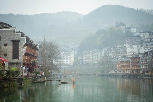 Porcelanowe stare miasto przepływa rano przez rzeki