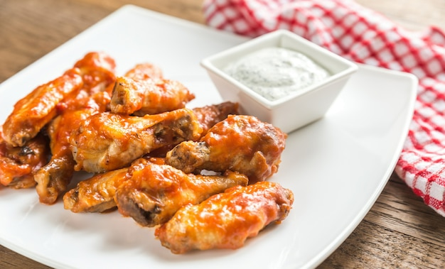 Porcja bawolich skrzydełek z kurczaka