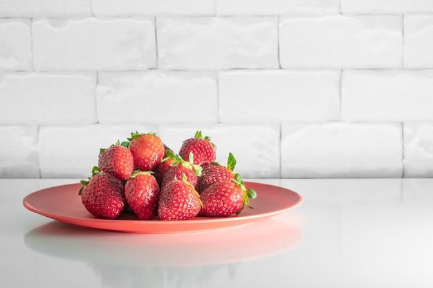 Porcja brazylijskich truskawek na białym stole