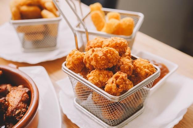 Porcja kulek nadziewanych serem i kurczakiem